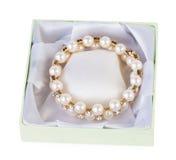 Pulsera del oro con las perlas en la caja verde Fotografía de archivo libre de regalías
