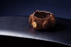 Pulsera del oro del platino de la joyería Fotos de archivo libres de regalías