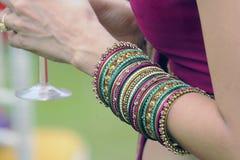 Pulseras indias de las novias de la boda Fotografía de archivo