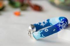 Pulsera moldeada hecha a mano con la imagen de copos de nieve Imagen de archivo libre de regalías
