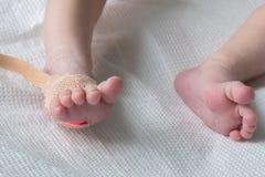 Pulsera oximeteravkännaren på foten av nyfött behandla som ett barn i en närbild för sjukhussäng royaltyfria bilder