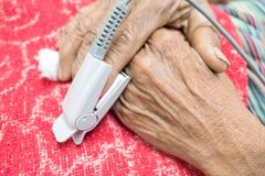 Pulsera oximeteren i en manlig tålmodig fingerspets för ` s i sjukhus Arkivbild