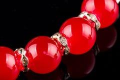 Pulsera roja de la perla Fotos de archivo