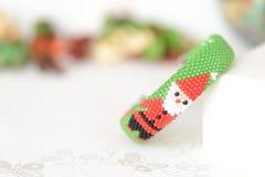 Pulsera verde de la Navidad con la imagen de Papá Noel Fotos de archivo