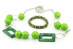 Pulsera verde y collar aislados en blanco Fotos de archivo libres de regalías