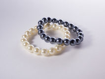 Pulseras blancos y negros de la perla Foto de archivo
