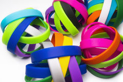 Pulseras de goma Desgaste social redondo de la pulsera de la moda del silicón colores blancos del backgroundRainbow, bandas elást Imagen de archivo libre de regalías