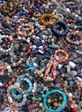 Pulseras de piedra multicoloras Imagenes de archivo