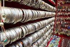 Pulseras de plata en la exhibición en un souk fotografía de archivo