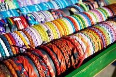 Pulseras del cuero en la mano colorida de los colores hecha a mano Imagen de archivo libre de regalías