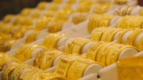 Pulseras del oro en el mercado en Dubai Mercado del este almacen de metraje de vídeo