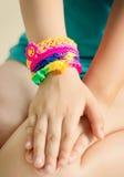 Pulseras del telar en la mano del niño Accesorios coloridos de goma de la muñeca Imagen de archivo