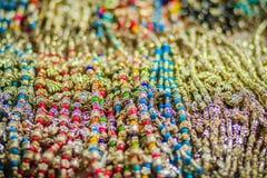 Pulseras, gotas y recuerdo coloridos de los collares para la venta en str Imagen de archivo