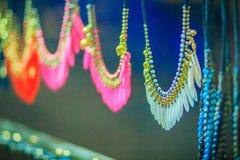 Pulseras, gotas y recuerdo coloridos de los collares para la venta en str Fotos de archivo libres de regalías