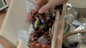 Pulseras hechas fuera de las gotas de madera cabidas para todos almacen de video