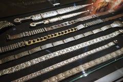 Pulseras turcas orientales hermosas del oro y de la plata hechas a mano Foto de archivo libre de regalías