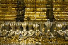 Pulseras y collar del oro en departamento Imagen de archivo libre de regalías