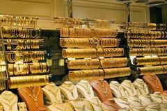 Pulseras y collares del oro Foto de archivo libre de regalías