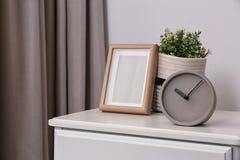 Pulso de disparo análogo à moda, quadro da foto e planta em pasta na caixa de gavetas na sala imagem de stock