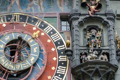 Pulso de disparo astronômico na torre de pulso de disparo medieval - Zytglogge O pulso de disparo tem fases lunares e mostra o si fotos de stock