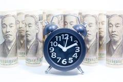 Pulso de disparo clássico no rolo de Yen Banknote, do conceito e da ideia do tempo fotografia de stock royalty free
