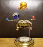 Pulso de disparo da arte do steampunk do Orrery com os planetas do sistema solar Foto de Stock