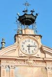Pulso de disparo da igreja de Mondovi, de St Peter e de Paul e torre de sino com autômato em um dia ensolarado em Itália imagem de stock royalty free