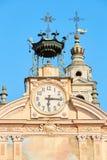 Pulso de disparo da igreja de St Peter e de Paul e torre de sino com autômato em um dia de verão ensolarado, céu azul imagens de stock