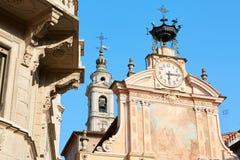Pulso de disparo da igreja de St Peter e de Paul e torre de sino com autômato em um dia de verão ensolarado, céu azul foto de stock royalty free