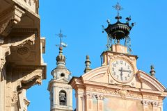 Pulso de disparo da igreja de St Peter e de Paul e torre de sino com autômato em um dia de verão em Mondovi, Itália fotografia de stock