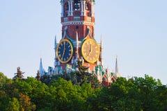 Pulso de disparo da torre de Spasskaya do Kremlin em Moscou foto de stock
