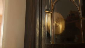 Pulso de disparo de parede antigo com um close up do pêndulo, inclinação vídeos de arquivo