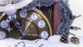 Pulso de disparo do Natal, chave e ramos do abeto cobertos com o fundo do conceito da neve Fotos de Stock Royalty Free