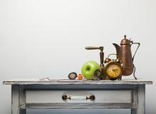 Pulso de disparo e maçã na mesa Fotografia de Stock Royalty Free