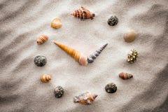 Pulso de disparo estilizado do seletor para shell na areia para a concentração e o abrandamento para a harmonia e no equilíbrio n Fotografia de Stock