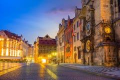 Pulso de disparo famoso Orloj de Praga e centro da cidade velha na noite imagem de stock royalty free