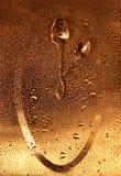 Pulso de disparo feito de 2 colheres na superfície do ouro com gotas Foto de Stock Royalty Free