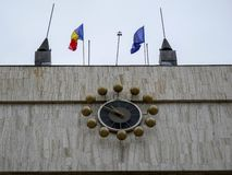 Pulso de disparo grande na câmara municipal, acenando bandeiras romenas e europeias imagens de stock royalty free