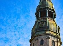 Pulso de disparo na torre de St Peter & de x27; catedral de s, Riga velho, Letónia Fotos de Stock