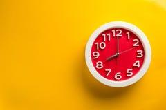 Pulso de disparo de parede ajustado no fundo da cor O conceito do tempo está atrasado Fotos de Stock