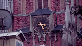 Pulso de disparo velho da igreja na torre da igreja vídeos de arquivo