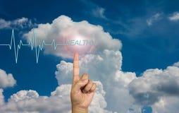Pulso ou batimento cardíaco e texto saudável com mão no céu Fotos de Stock Royalty Free