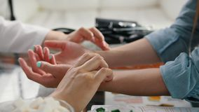 Pulsu diagnostyk z ręką na tibetan medycynie zdjęcie wideo