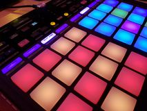 Pult du DJ/lumière à télécommande dans la salle de concert Image libre de droits