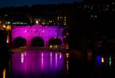 Pulteney-Brücke belichtet im Rosa nachts im Bad, Somerset, Großbritannien lizenzfreies stockfoto