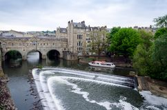 Pultney Bridge And River Avon With Boat Tour in Bath, United Kin. Gdom Stock Images