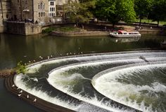 Pultney Bridge And River Avon With Boat Tour in Bath, United Kin. Gdom Royalty Free Stock Photos