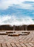 Pulvérisateurs verticaux de l'eau de mer passant à thourgh des channles d'un plancher dedans photographie stock libre de droits