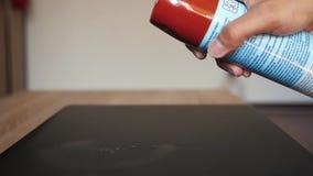 Pulvérisation avec la solution de nettoyage sur la table dans le mouvement lent banque de vidéos