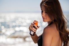 Pulvérisation de la lotion de bronzage Image stock